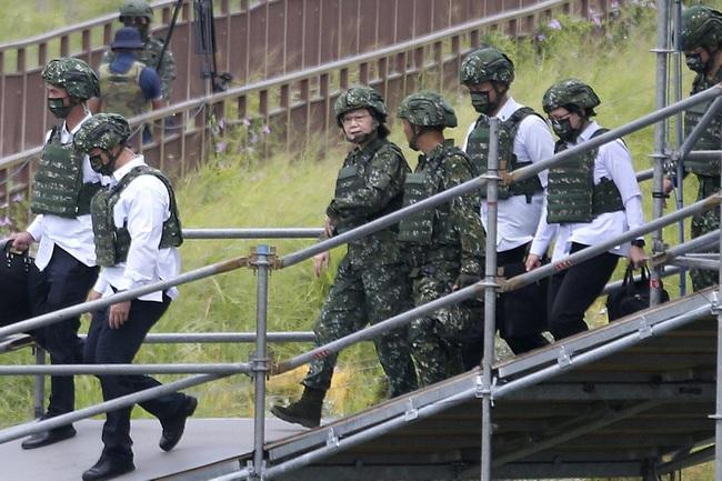Chùm ảnh Đài Loan rầm rộ tập trận bắn đạn thật chống lại mối đe dọa từ Trung Quốc - Ảnh 4.