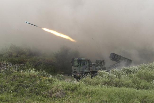 Chùm ảnh Đài Loan rầm rộ tập trận bắn đạn thật chống lại mối đe dọa từ Trung Quốc - Ảnh 5.