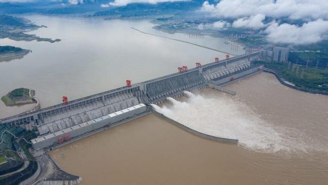 Mưa lớn không ngừng, đập Tam Hiệp bất lực để ngăn lũ ở sông Dương Tử - Ảnh 2.
