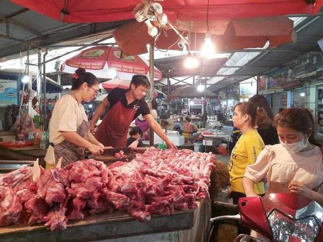 Giá heo hơi hôm nay 3/7: Thủ tướng yêu cầu quản lý tốt khâu trung gian để giảm giá thịt lợn - Ảnh 1.