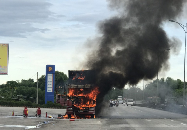 Xe đầu kéo bốc cháy dữ dội cạnh cây xăng trên quốc lộ - Ảnh 1.