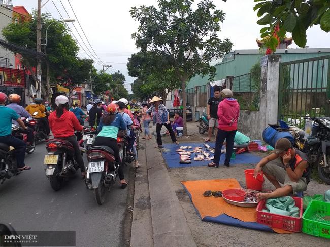 Bức xúc tình trạng họp chợ chiếm dụng lòng lề đường - Ảnh 3.