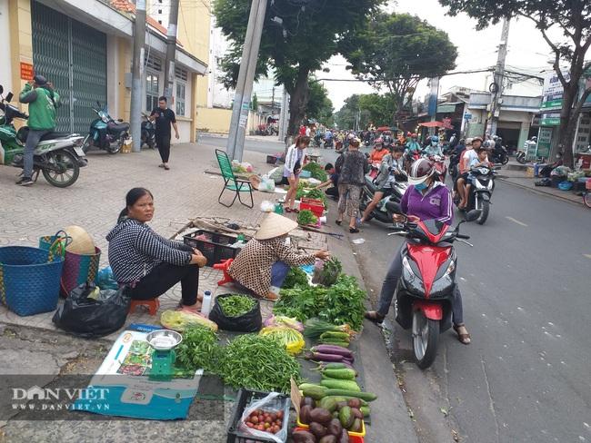 Bức xúc tình trạng họp chợ chiếm dụng lòng lề đường - Ảnh 1.