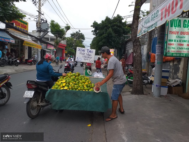 Bức xúc tình trạng họp chợ chiếm dụng lòng lề đường - Ảnh 2.