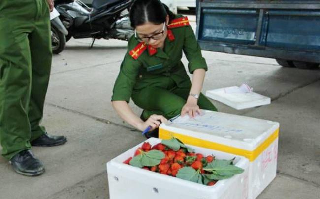 """Lâm Đồng: Lại kịp thời phát hiện 370kg dâu tây Trung Quốc chuẩn bị """"tuồn"""" ra chợ Đà Lạt - Ảnh 4."""