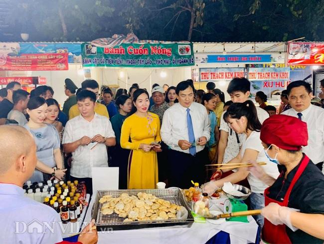 Liên hoan ẩm thực Quảng Ninh thu hút hàng nghìn khách tối khai mạc  - Ảnh 1.