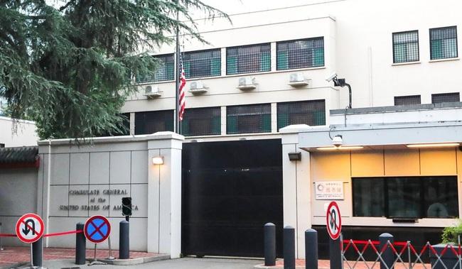 Dân Trung Quốc ùn ùn kéo đến xem cờ Mỹ ở lãnh sự quán Thành Đô bị hạ xuống - Ảnh 1.