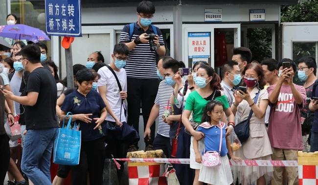 Dân Trung Quốc ùn ùn kéo đến xem cờ Mỹ ở lãnh sự quán Thành Đô bị hạ xuống - Ảnh 2.