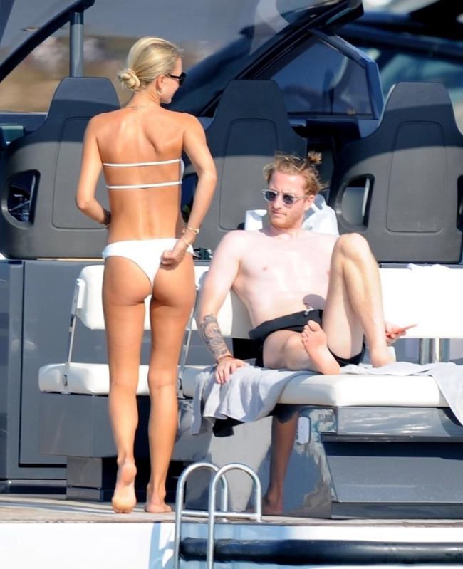 Ngôi sao số 1 Dortmund đắm đuối hôn bạn gái trên du thuyền - Ảnh 2.