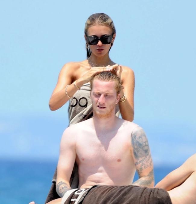Ngôi sao số 1 Dortmund đắm đuối hôn bạn gái trên du thuyền - Ảnh 7.