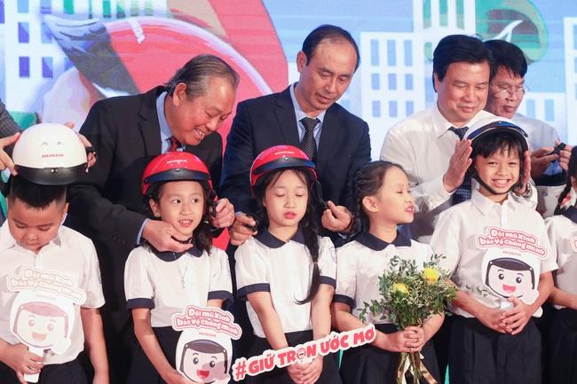Phó Thủ tướng: Bố mẹ đội MBH chở con đầu trần là thờ ơ, vô cảm  - Ảnh 3.