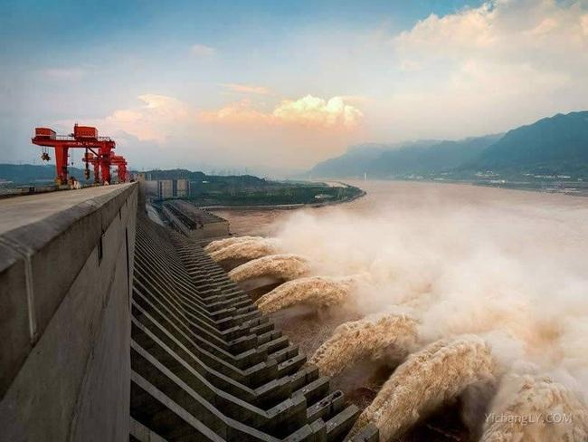 Sông Dương Tử đón đỉnh lũ đầu tiên, đập Tam Hiệp chịu được lũ lớn cỡ nào? - Ảnh 1.