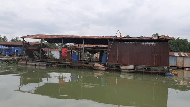 Đồng Nai: Truy tìm nguyên nhân cả chục tấn cá bè chết trên sông Cái - Ảnh 1.