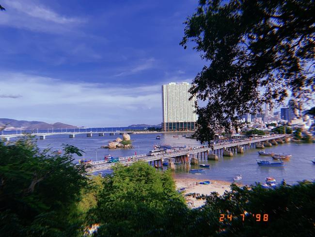 Từ khuôn viên của tháp Bà Ponagar, du khách có thể hướng mắt nhìn ra khu vực bờ biển Nha Trang, cầu Trần Phú.
