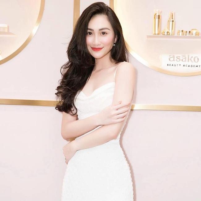 Thủ môn Phạm Văn Tiến hạnh phúc bên người vợ xinh đẹp và giỏi kinh doanh - Ảnh 2.