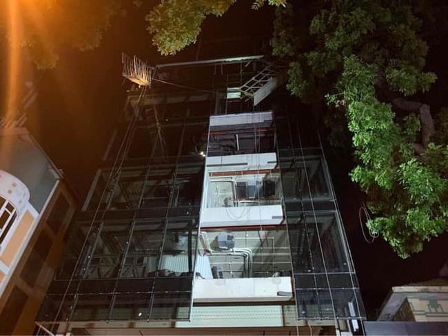 Tiết lộ về nhà thầu thi công vụ gãy thang treo lắp kính khiến 4 người tử vong - Ảnh 1.