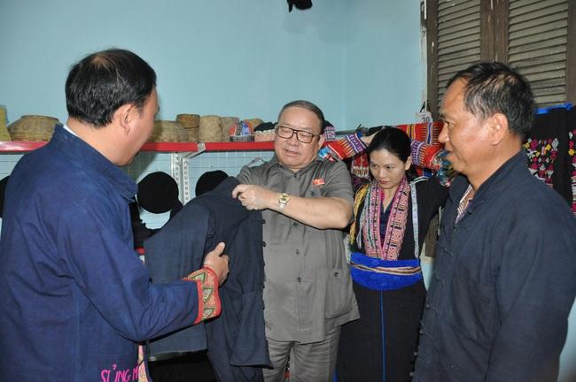 Chủ tịch Hội ND Việt Năm thăm trại bò vàng trăm triệu ở huyện nhiều đá nhất Việt Nam - Ảnh 9.