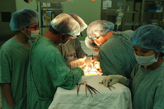Bệnh viện T.Ư Huế thực hiện thành công ca ghép thận tự thân đầu tiên  - Ảnh 1.