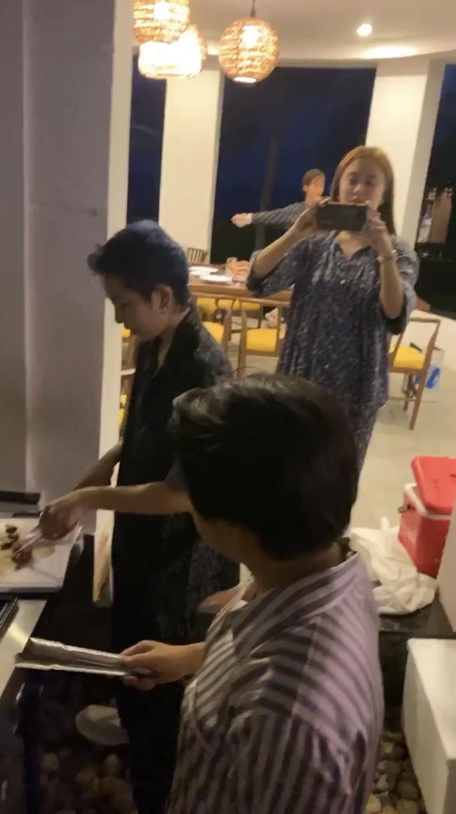 Hoàng Thùy Linh – Gil Lê cùng diện pyjama, dính nhau như sam trong tiệc sinh nhật - Ảnh 2.