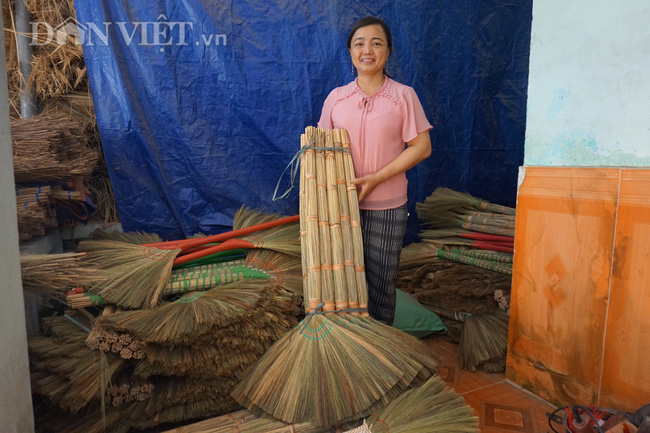 """Quảng Nam: """"Hoa chổi đót"""" gần 30 năm gắn bó với nghề và giúp hàng chục người già có thu nhập ổn định - Ảnh 1."""