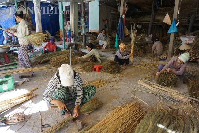 """Quảng Nam: """"Hoa chổi đót"""" gần 30 năm gắn bó với nghề và giúp hàng chục người già có thu nhập ổn định - Ảnh 2."""
