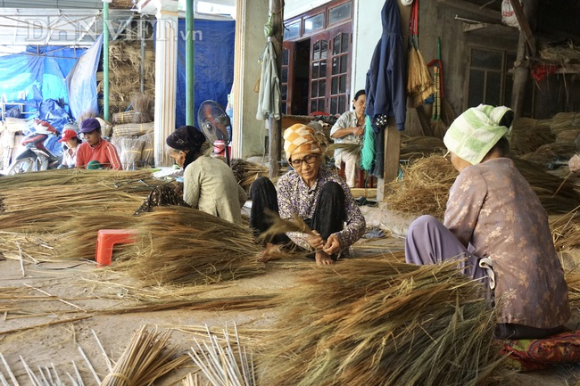 """Quảng Nam: """"Hoa chổi đót"""" gần 30 năm gắn bó với nghề và giúp hàng chục người già có thu nhập ổn định - Ảnh 4."""