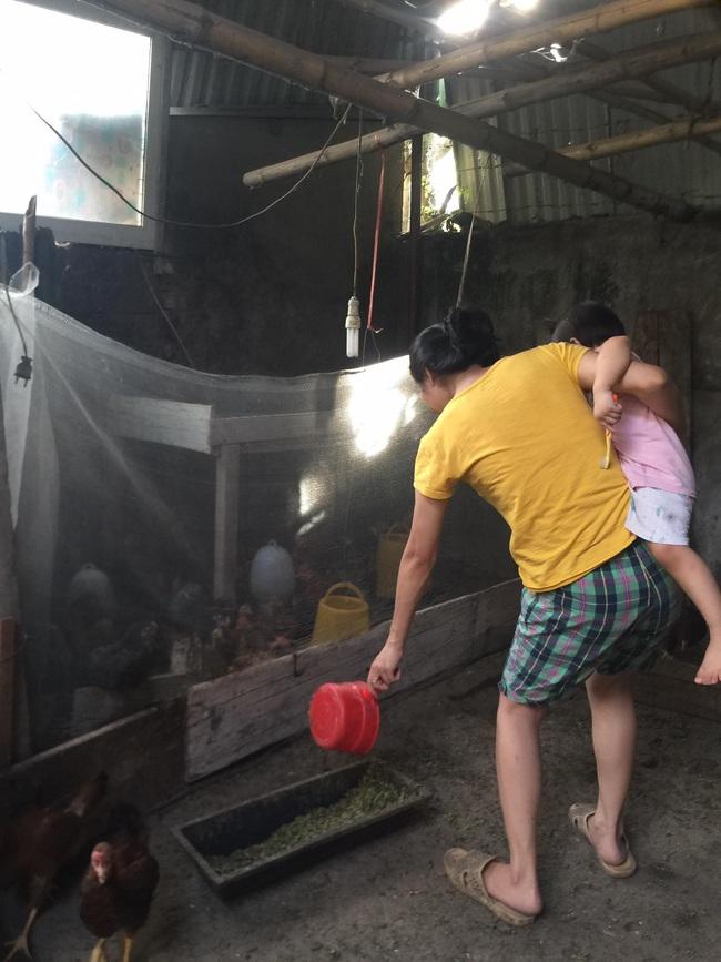Vụ dùng xăng đốt người ở TP. Vinh: Nước mắt người vợ và đứa con thơ   - Ảnh 2.