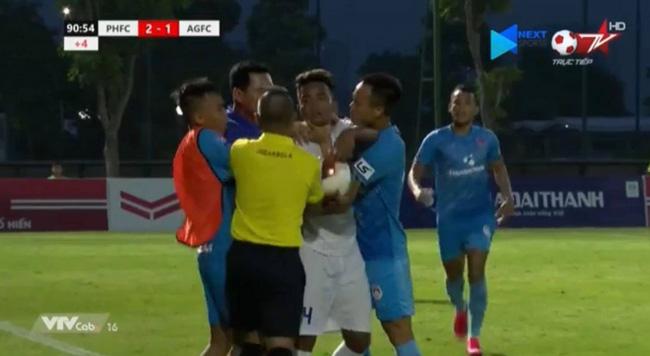 Sốc với hình ảnh HLV Phố Hiến lao vào sân bóp cổ cầu thủ An Giang - Ảnh 1.