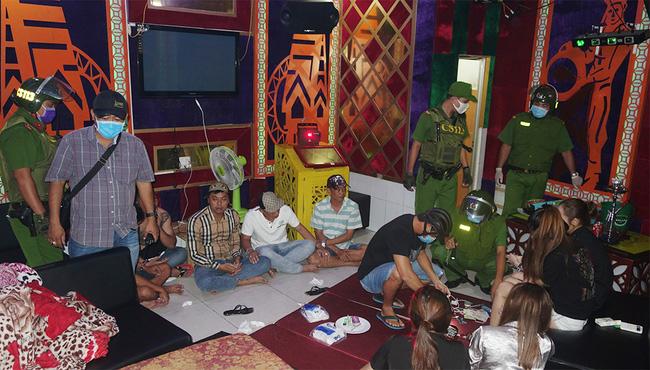 Đột kích quán karaoke, Công an phát hiện khách, quản lý và nhân viên quán đều dương tính với ma túy - Ảnh 1.