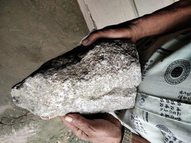 Đồng Tháp: 2 cục đá lạ, lấp lánh như có vàng, nghi đá quý hiếm do 1 ông nông dân đi cào hến bắt gặp - Ảnh 7.