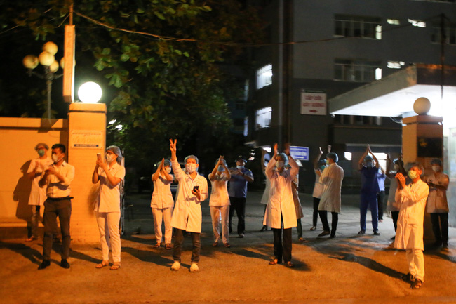 Đà Nẵng: Bác sĩ cùng người dân vỡ oà niềm vui trong giây phút dỡ bỏ lệnh cách ly - Ảnh 2.