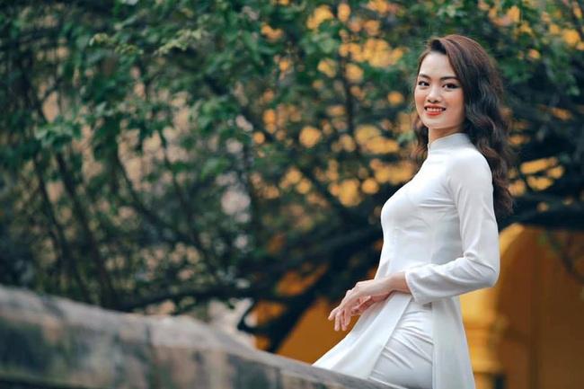 Ngẩn ngơ trước vẻ xinh đẹp của chuyền hai Nguyễn Thu Hoài trong tà áo dài - Ảnh 2.