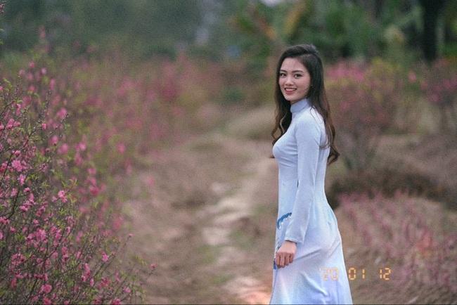 Ngẩn ngơ trước vẻ xinh đẹp của chuyền hai Nguyễn Thu Hoài trong tà áo dài - Ảnh 3.