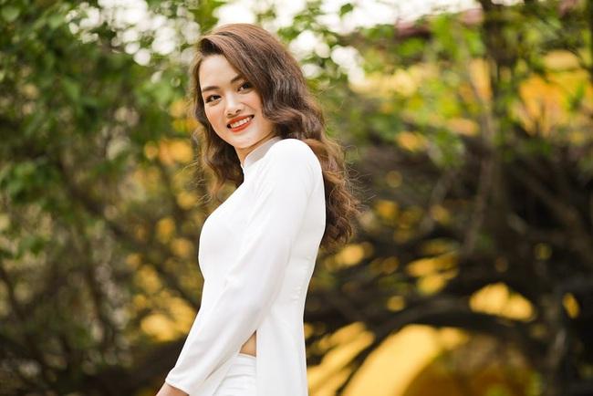 Ngẩn ngơ trước vẻ xinh đẹp của chuyền hai Nguyễn Thu Hoài trong tà áo dài - Ảnh 16.