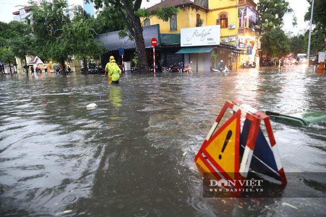 Mưa như trút nước, nhiều tuyến phố nội thành Hà Nội ngập úng nặng - Ảnh 2.