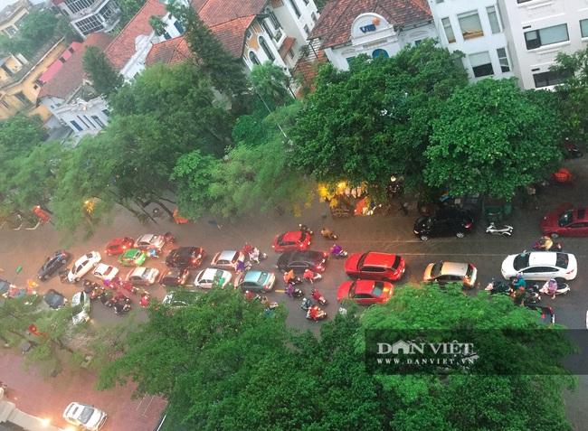 Mưa như trút nước, nhiều tuyến phố nội thành Hà Nội ngập úng nặng - Ảnh 4.