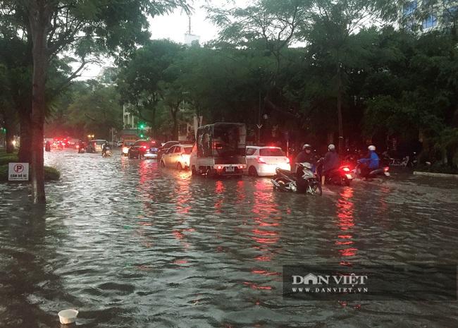 Mưa như trút nước, nhiều tuyến phố nội thành Hà Nội ngập úng nặng - Ảnh 7.