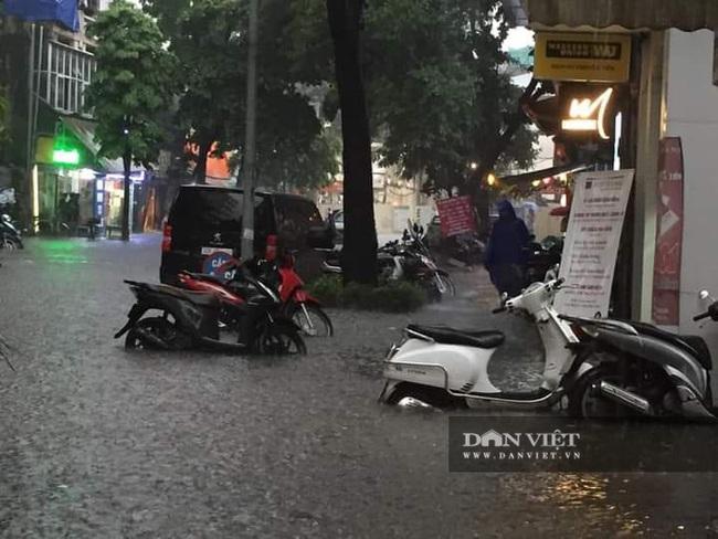 Mưa như trút nước, nhiều tuyến phố nội thành Hà Nội ngập úng nặng - Ảnh 8.