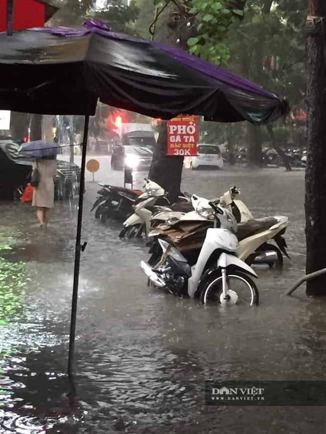 Mưa như trút nước, nhiều tuyến phố nội thành Hà Nội ngập úng nặng - Ảnh 9.