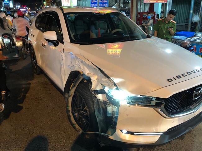 Bị truy bắt, kẻ trộm ô tô Mazda CX5 tông vào hàng loạt xe  sát, phương tiện đi đường - Ảnh 1.