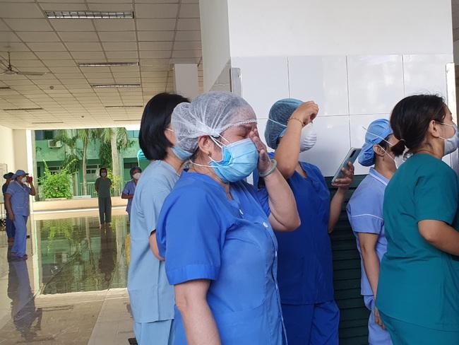 Bệnh viện cuối cùng tại Đà Nẵng dỡ phong tỏa, nhiều y - bác sĩ bật khóc - Ảnh 4.