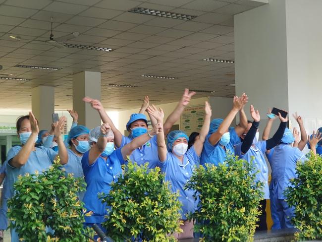 Bệnh viện cuối cùng tại Đà Nẵng dỡ phong tỏa, nhiều y - bác sĩ bật khóc - Ảnh 2.