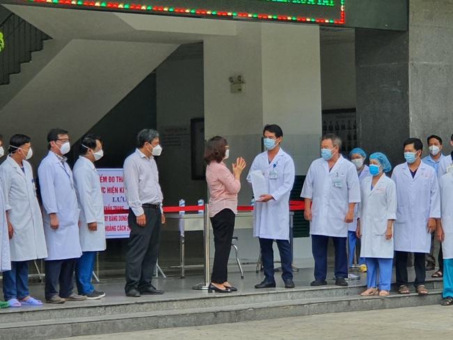 Bệnh viện cuối cùng tại Đà Nẵng dỡ phong tỏa, nhiều y - bác sĩ bật khóc - Ảnh 1.