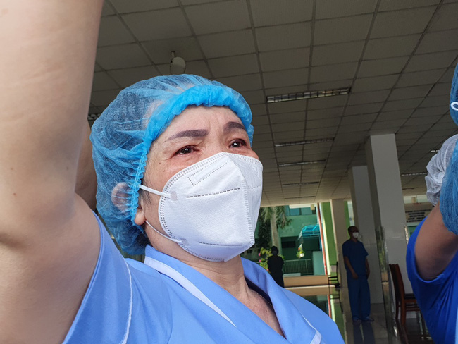 Bệnh viện cuối cùng tại Đà Nẵng dỡ phong tỏa, nhiều y - bác sĩ bật khóc - Ảnh 5.