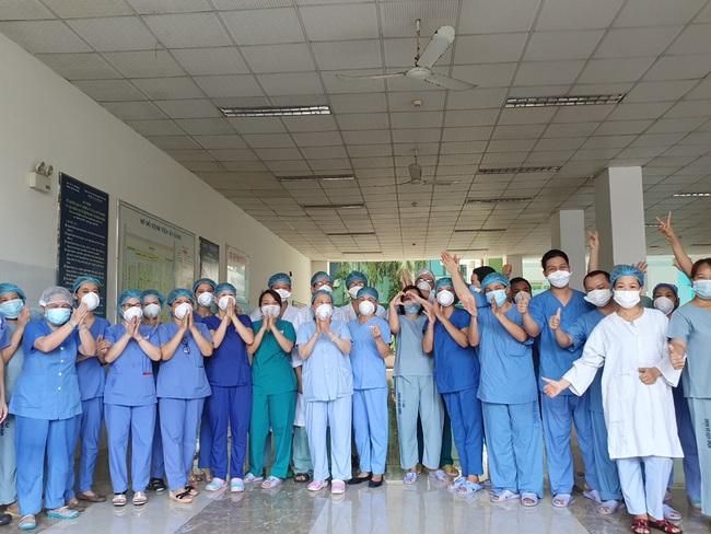 Bệnh viện cuối cùng tại Đà Nẵng dỡ phong tỏa, nhiều y - bác sĩ bật khóc - Ảnh 6.