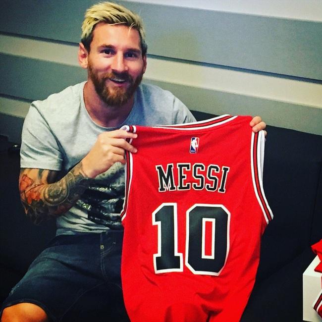 """ẢNH CHẾ: Rời Barcelona, Messi sang Việt Nam """"khuấy đảo"""" V.League - Ảnh 12."""