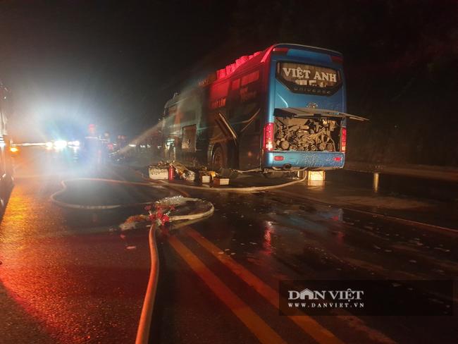 Xe khách bốc cháy trên cao tốc, hành khách hốt hoảng tháo chạy trong đêm - Ảnh 1.