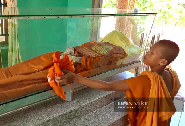 Chuyện lạ: Di hài nhà sư còn nguyên vẹn sau 6 năm chôn cất - Ảnh 4.