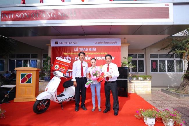 Agribank Quảng Ngãi: Trao thưởng tổng trị giá trên 300 triệu đồng cho khách hàng gửi tiết kiệm - Ảnh 1.