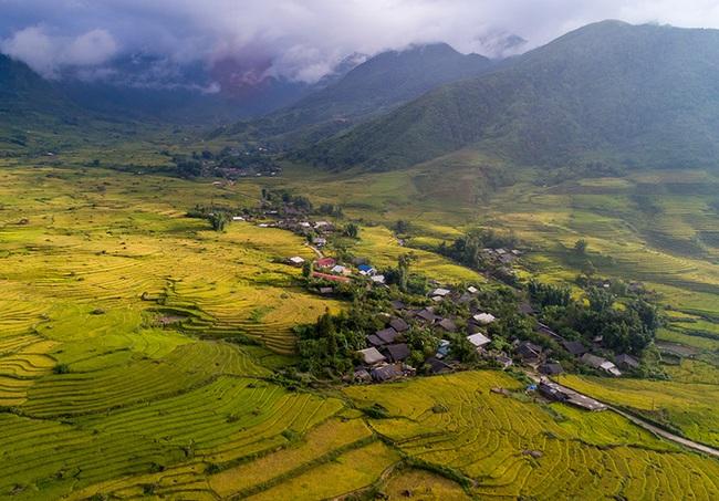 Lào Cai: Không ngờ chân núi Ngũ Chỉ Sơn lại có ruộng bậc thang đẹp mê mẩn thế này  - Ảnh 1.